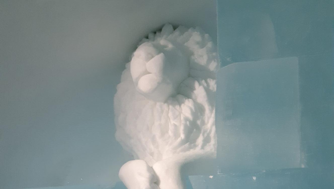 Ishotellet snöskulptur lejon
